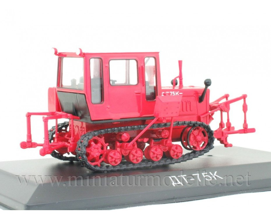 1:43 Crawler tractor DT 75 K with magazine #83